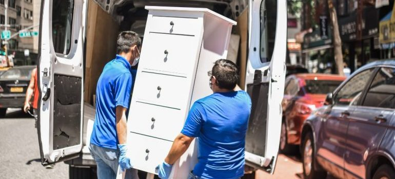 residential movers nyc at work